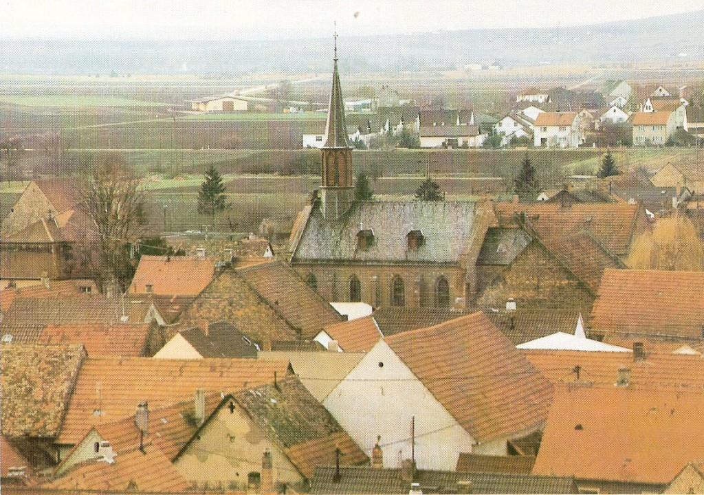 Blick vom Kirchturm hinüber zur Katholischen Kirche St. Michael