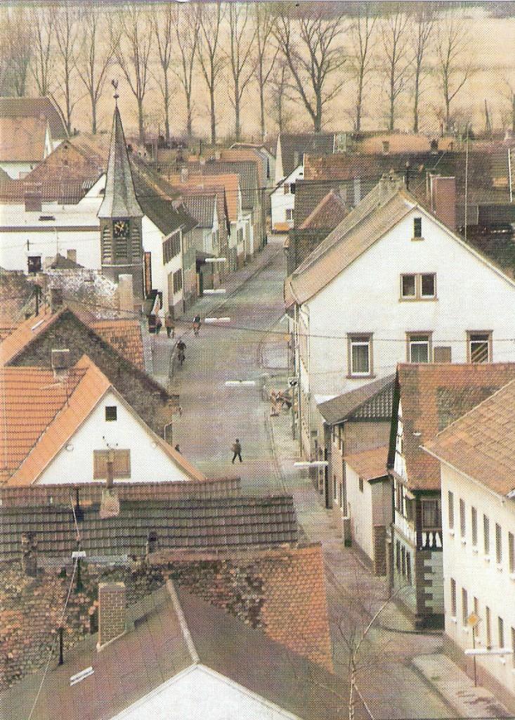 Die Eicher Hauptstrasse Blick von Kirchturm der evangelischen Kirche in Eich